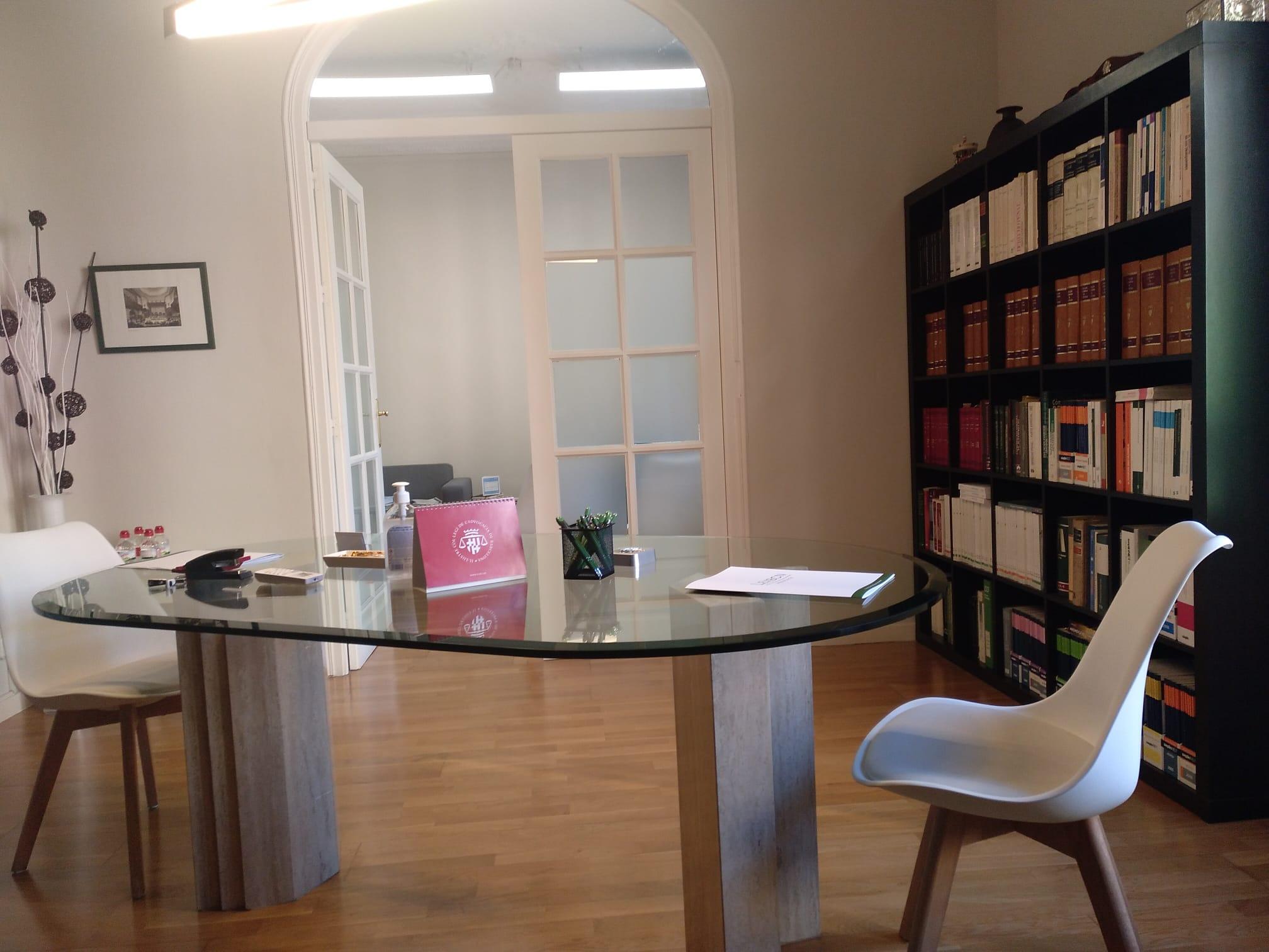 En lexbcn abogados mantenemos la distancia de 2 metros en las reuniones con nuestros clientes